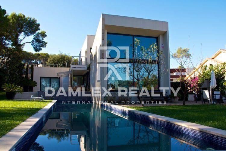 Villa modernista en una urbanización de lujo en Costa Brava