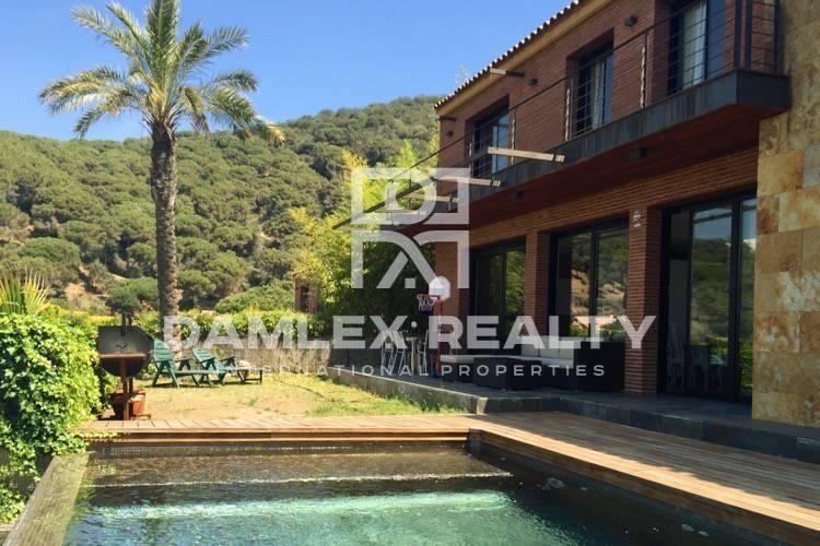 Villa con vistas a las montañas y el mar en Cabrils