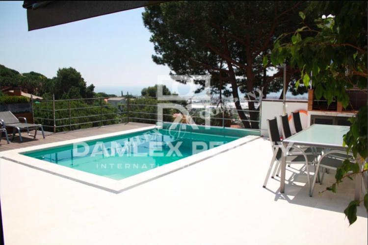 Villa moderna con vistas al mar en las afueras de Barcelona