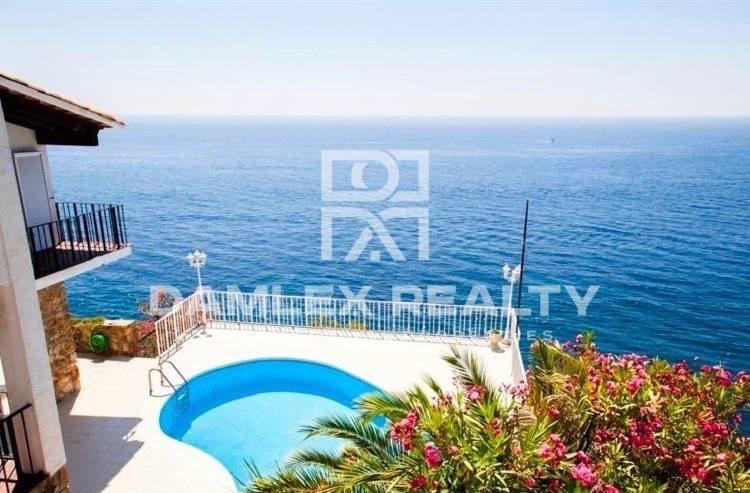 Villa en primera línea de mar en una urbanización tranquila en Costa Brava