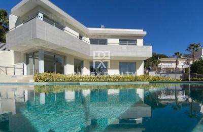 Villa de lujo en Lloret de Mar en la urbanización Montgoda