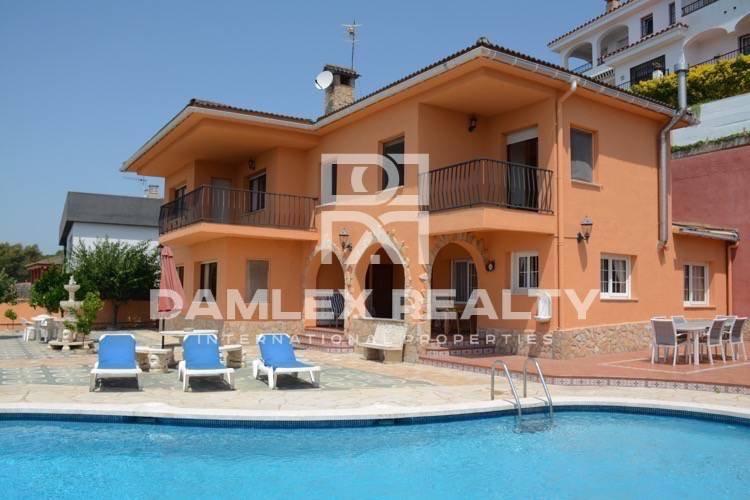 Villa en la ciudad de Blanes con vistas al mar en una urbanización tranquila