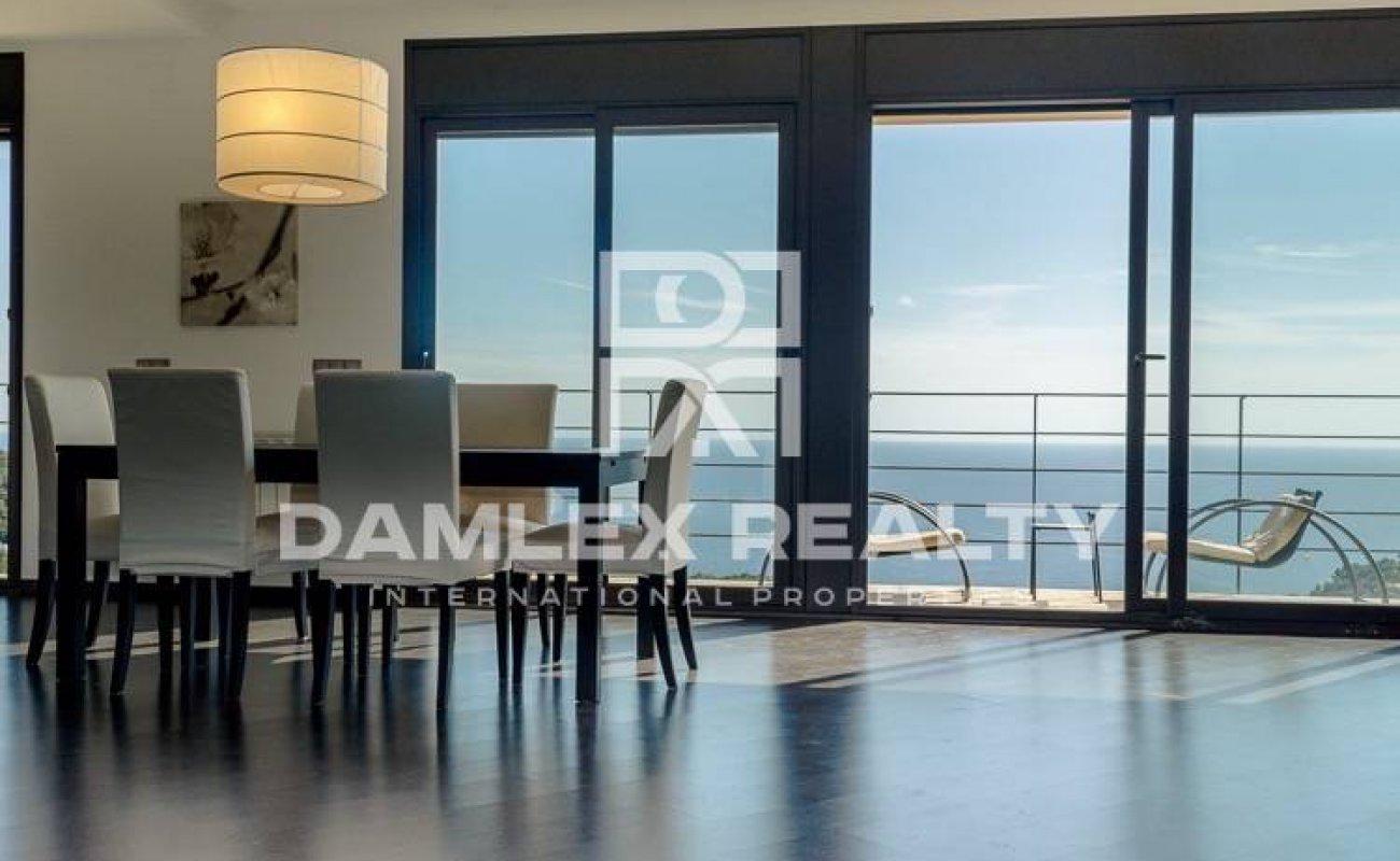 Villa en la Costa Brava con vistas panoramicas al mar.