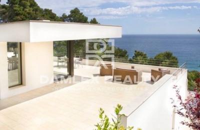 Villa moderna de 400 metros de la playa