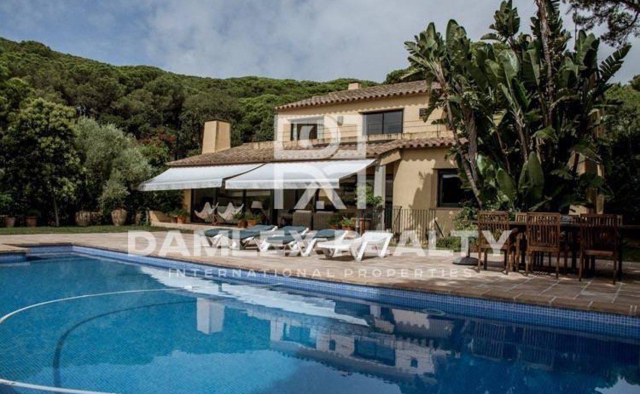 Villa cerca de la playa rodeada de zonas verdes