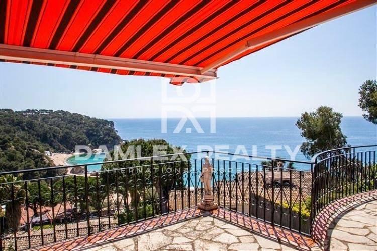 Casa en venta en Costa Brava con vistas al mar y cerca de la playa.