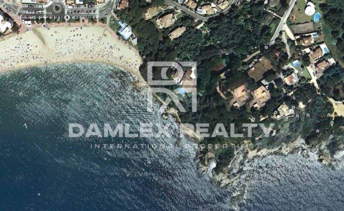 Oferta exclusiva. Villa en la primera línea del mar en la Costa Brava