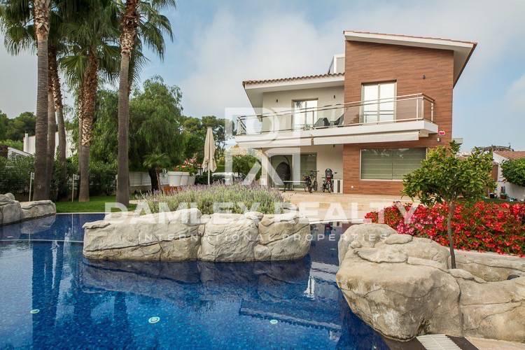 Villa de lujo a sólo 600 metros de la playa, en la provincia de Barcelona