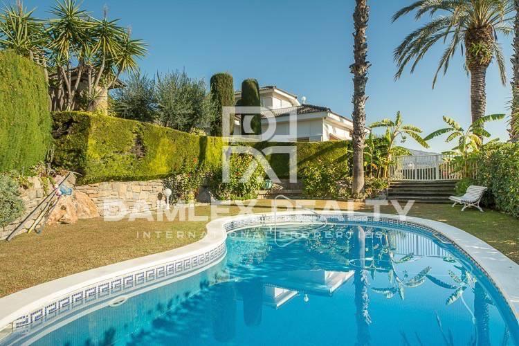 Villa con una gran parcela de tierra. costa de barcelona