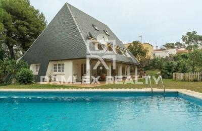 Villa con impresionantes vistas de las montañas. Costa de barcelona