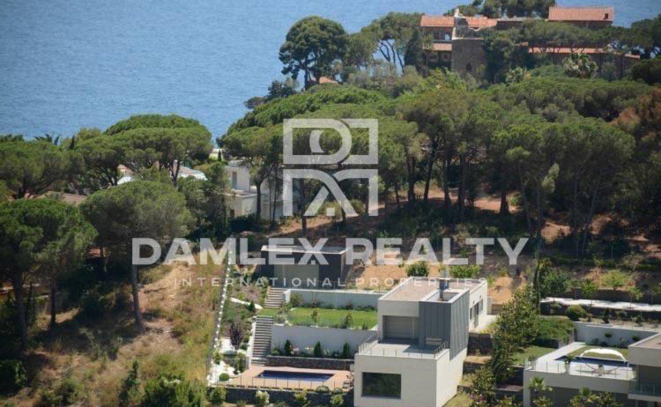 Nueva villa en urbanización vigilada, a poca distancia de la playa