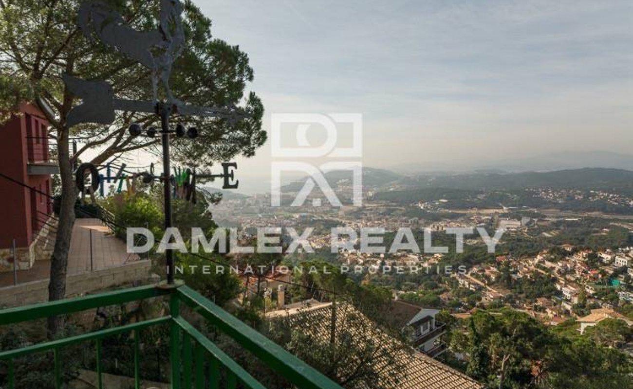 Villa con vistas a la montaña en la urbanización de Lloret de Mar.