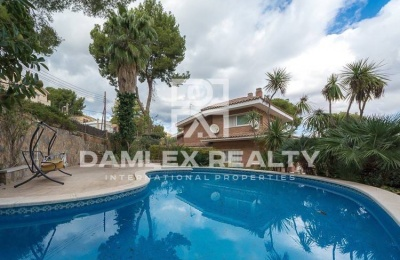 Villa con piscina en Castelldefels.