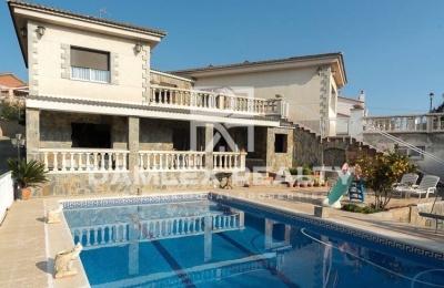 Villa con vistas a la montaña en la ciudad de Gava.