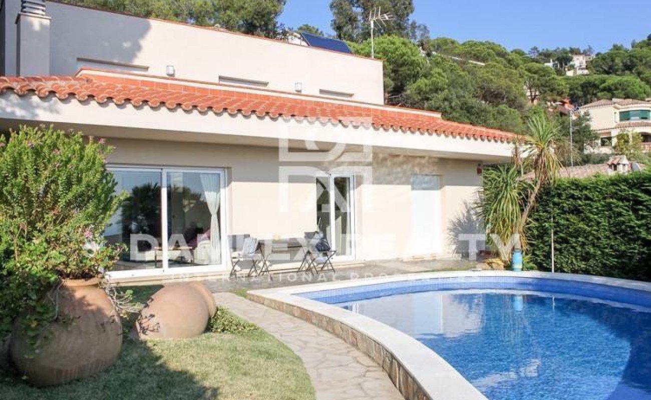 Villa con piscina y vistas al mar. Costa Brava