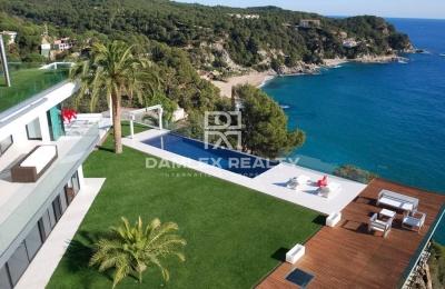 Una villa moderna con vistas al mar