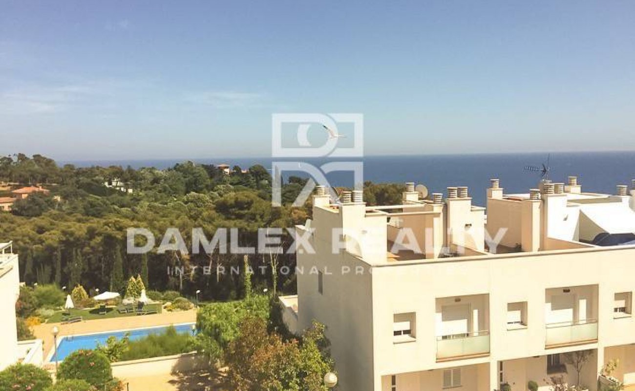 Casa adosada moderna en Lloret de Mar con vistas al mar.