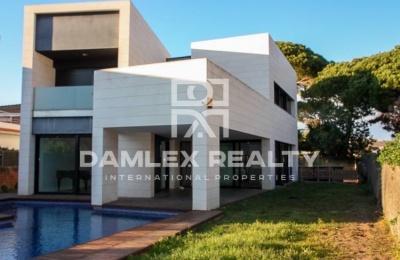 Villa moderna cerca de la playa. Costa de barcelona