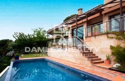Villa en las afueras de Barcelona con una vista frontal al mar