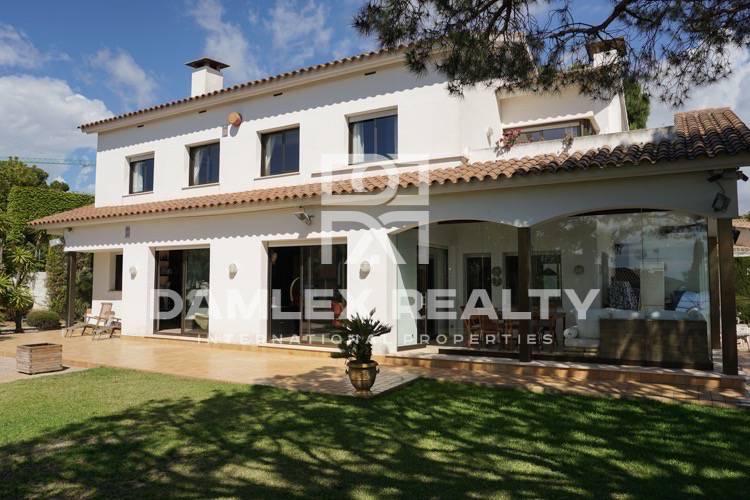 Villa con piscina y jardín en Alella, URB. Can Teixido