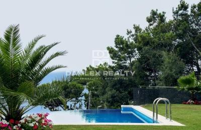 Villa moderna con vistas panorámicas al mar en la Costa Brava.