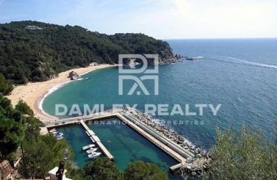 Una parcela de tierra en la urbanización de Lloret de Mar. Costa Brava