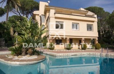 Villa en Cabrils  con vistas al mar en una gran parcela de 2.800 m2