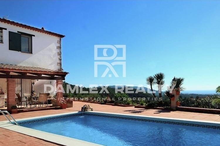 Villa en Lloret de Mar, con estilo rústico