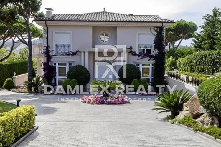 Villa de lujo en el estilo clásico en la ciudad de S
