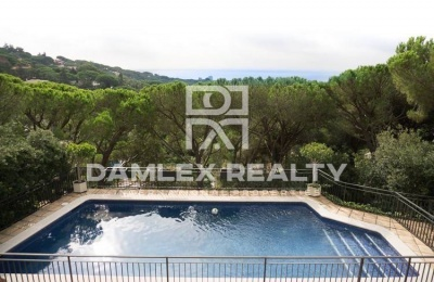 Villa con vistas al bosque de pinos y el mar. Costa Maresme