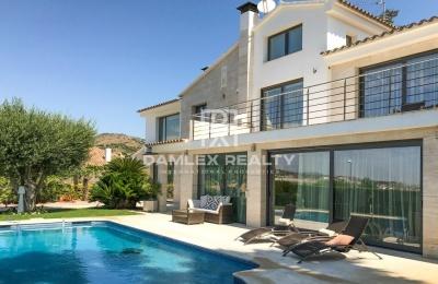 Espectacular villa en una urbanización cerca de Barcelona