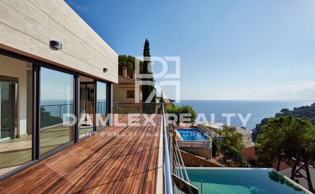 Villa con vistas al mar y acceso a una cala privada