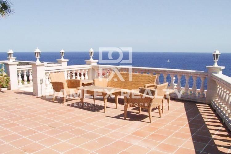Villa con vistas panorámicas al mar situado en primera línea de mar