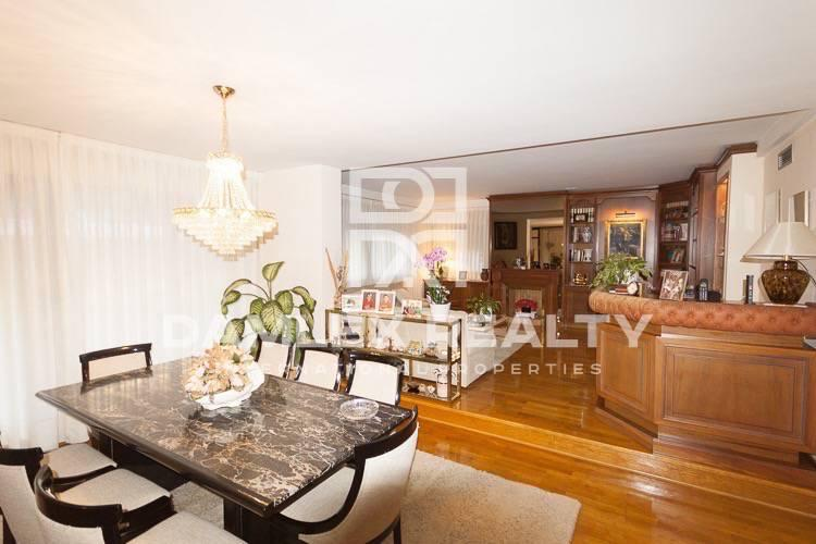 Apartamento está en excelentes condiciones, en la parte alta de Barcelona