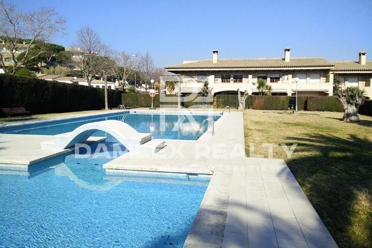 Casa adosada en una urbanización privada con piscina y pista de tenis. Costa Brava