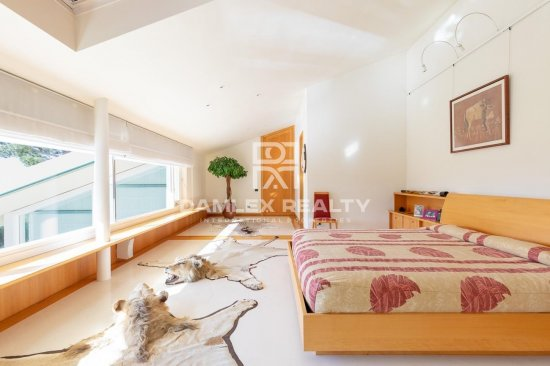 Villa moderna con planos jardín y vistas al mar, cerca de la playa de Aiguablava