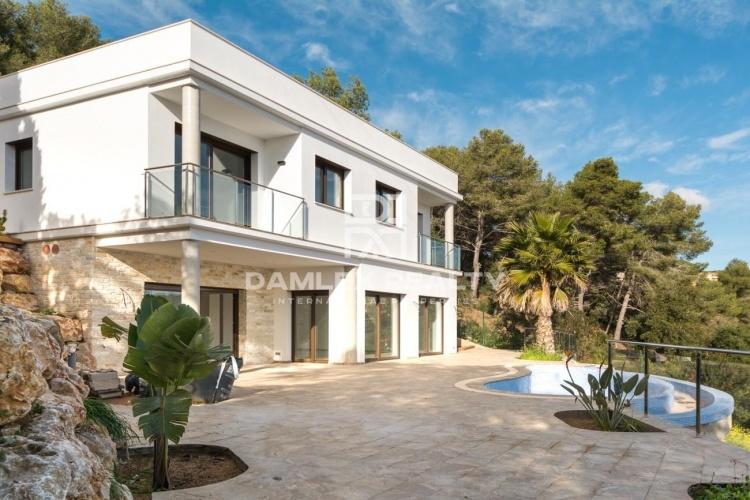 Villa nueva en una urbanización con vigilancia en la Costa Brava.