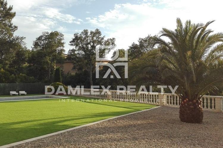 Villa con una gran piscina en la localidad de Lloret de Mar.