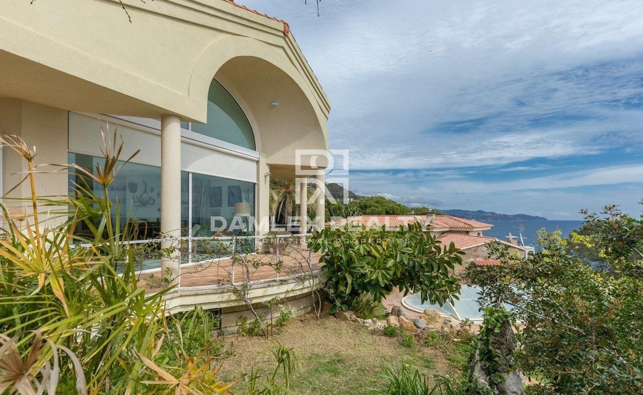 Villa en primera línea de mar, con fácil acceso a la playa en la Costa Brava