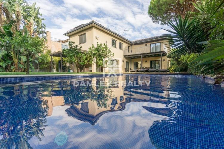 Villa de lujo cerca de la playa en las afueras de Barcelona