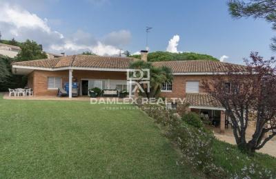 Villa con una gran parcela de tierra 5000 m2. Costa de Barcelona