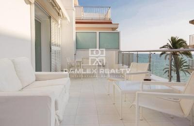 Apartamentos con licencia turística a 20 metros de la playa.