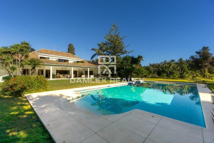 Villa con un precioso jardín situada a poca distancia del mar