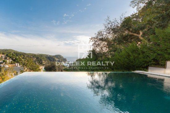 Villa con impresionantes vistas al mar en urbanización MarTossa de Tossa de Mar