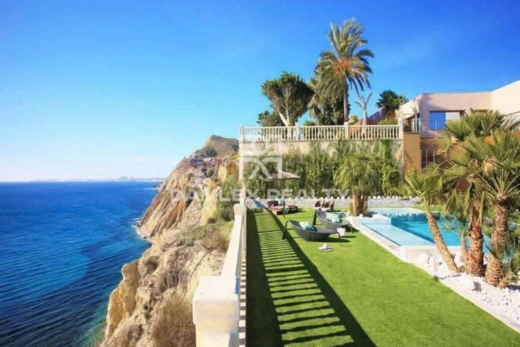 Villa de primera línea con vistas increíbles en venta en Campello, Alicante