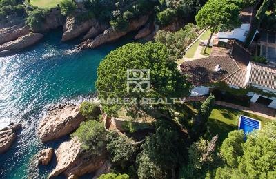 ¡OFERTA EXCLUSIVA! Villa en primera línea con acceso a la playa