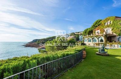 ¡OFERTA EXCLUSIVA! Villa con acceso directo a la playa e impresionantes vistas al mar