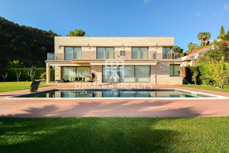 Villa con vistas al mar en una urbanizacion en la Costa Brava.