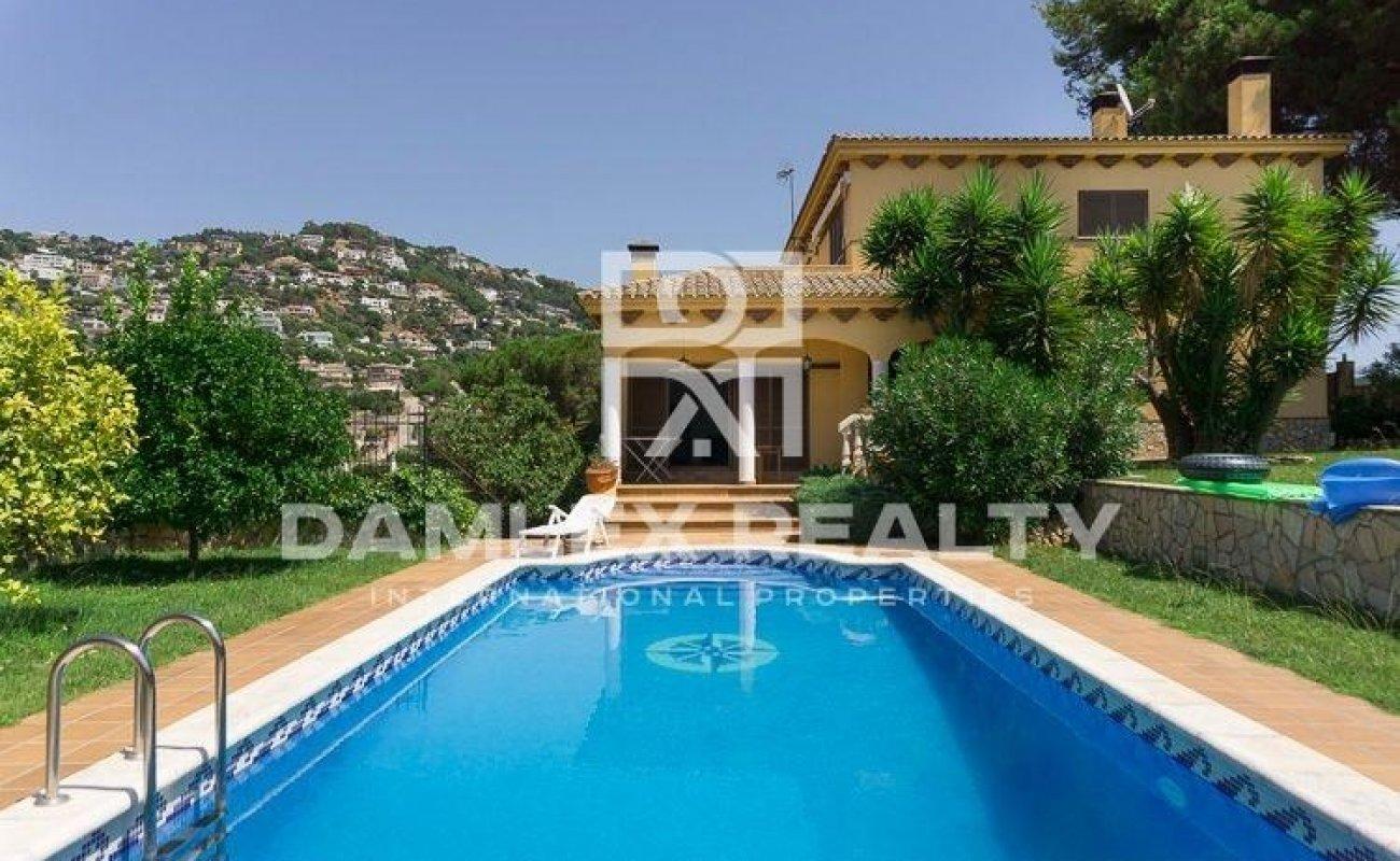 Villa con un precioso jardín y piscina en la localidad de Lloret de Mar