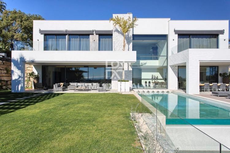 Villa con vistas al mar en una urbanización de Estepona
